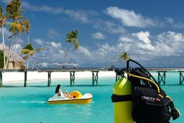 Les activités ne manquent pas à l'hôtel Constance Halaveli Resort... Bateau à pédales, plongée sous-marine