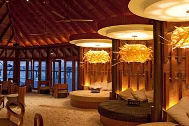Le bar du restaurant Jahaz vous accueille dans une ambiance lounge et tamisée, les pieds dans le sable