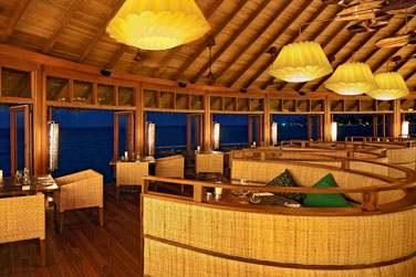 Le bar du restaurant Jing vous propose de siroter un cocktail confortablement installés dans des fauteuils face à la mer