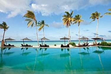 Plongez dan la piscine et admirez la vue sur la plage et le lagon