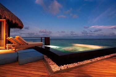 La piscine privée de votre Water Villa, surplombant le lagon de l'océan Indien