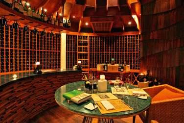 Découvrez la cave à vin de l'hôtel pour une dégustation animée par un sommelier d'exception