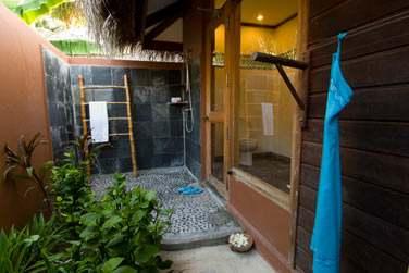 Salle de bain de votre Beach Villa avec douche extérieure