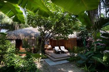 Le jardin luxuriant de votre Beach Villa avec bain à remous