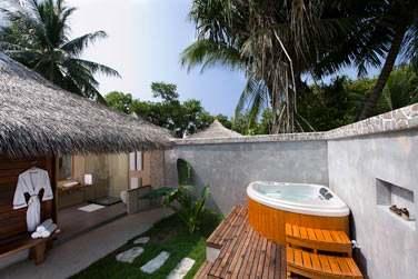 Espace extérieur avec bain à remous dans votre Beach Villa avec bain à remous