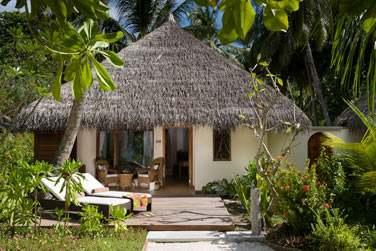 Vue extérieur de la Deluxe Beach Villa avec bain à remous, au coeur de la végétation tropicale