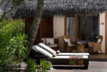 Terrasse extérieure aménagée de la Deluxe Beach Villa avec bain à remous