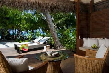 Terrasse extérieur aménagée avec transats et salon de jardin de la Deluxe Beach Villa avec bain à remous