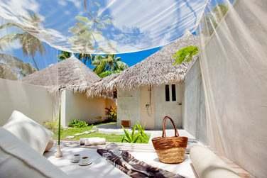 Espace extérieur de la Deluxe Beach Villa avec bain à remous