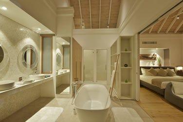 Salle de bain de la Deluxe Water villa, vaste et élégante