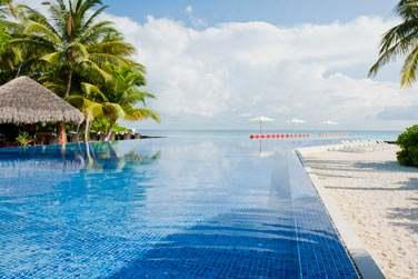 Plongez dans la piscine face à la mer pour une sensation d'infini...