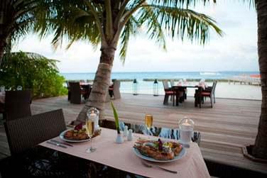 Situé sur une plage, le restaurant 'Island Barbecue' offre une vue imprenable sur le lagon...