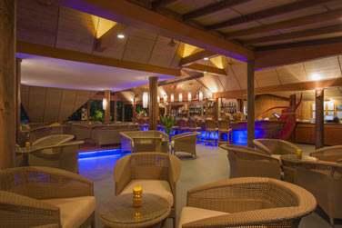 Le soir venu, le bar vous accueille dans une atmosphère chaleureuse et conviviale...