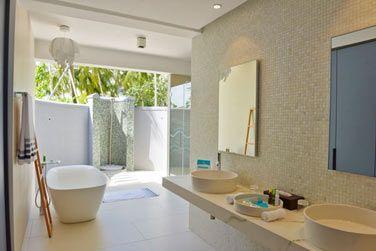 Une salle de bain spacieuse et moderne.