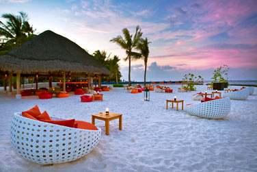 Rendez-vous au Sand Bar pour siroter un cocktail au moment du coucher du soleil les pieds dans le sable