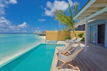 Piscine avec vue sur le lagon de la Villa avec piscine