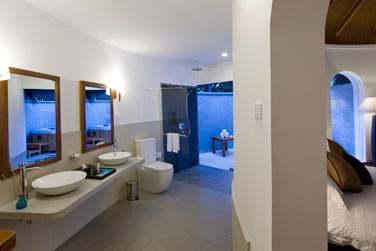 Salle de bain de la Supérior Beach Villa avec bain à remous