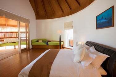 Intérieur chambre de la Superior Beach Villa avec bain à remous