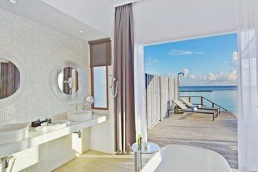 Salle de bain de la Thundi Water Villa avec piscine