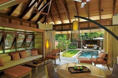 Intérieur avec le coin salon et la piscine privée