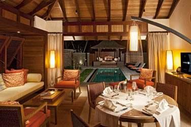 Coin salon et repas au bord de la piscine