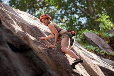 Un mur d'escalade sur les rochers  de granit