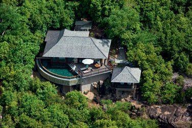 La hillside villa nichée en hauteur dans la végétation