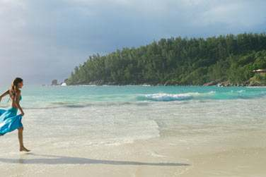 enfoui dans la végétation tropicale et bordé par une très belle plage de sable blanc.