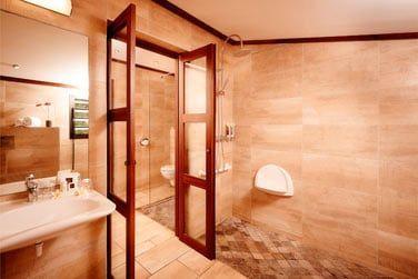 La salle de bain du bungalow avec kitchenette