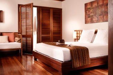 Intérieur de la chambre du bungalow tropique
