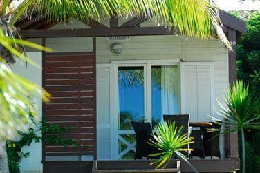 La terrasse de votre bungalow avec kitchenette, entourée de végétation tropicale