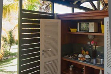 La kitchenette bien équipée du bungalow avec kitchenette