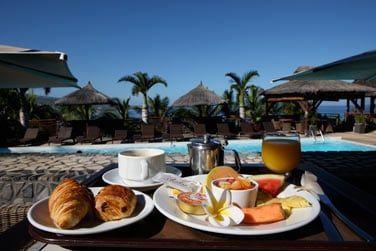 Le petit déjeuner au bord de la piscine, ça vous tente ?