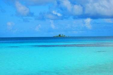 avec le bleu turquoise de son lagon