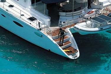 Voguez sur un catamaran de petite capacité, le Eleuthera 60