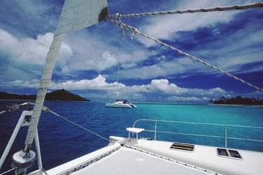 vous invitons à caboter d'île en île sur les vagues de la Polynésie française pendant 8 jours et 7 nuits