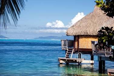 Construits dans le respect de la tradition tahitienne, les bungalows sur pilotis sont des cocons intimistes des plus romantiques !