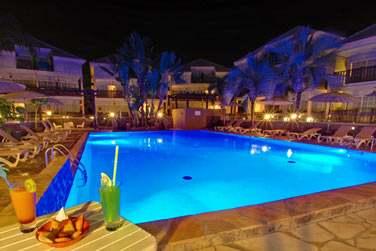 Petit ensemble de 9 villas situées autour d'une grande piscine
