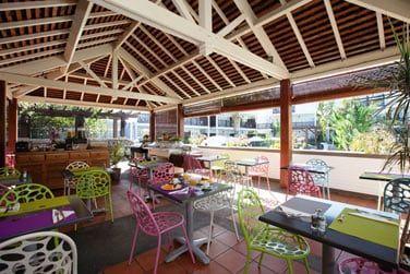 Prenez le petit-déjeuner sur la terrasse du snack-bar