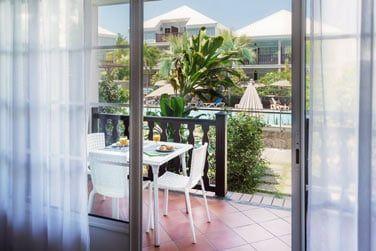 Vous bénéficierez d'une très belle vue sur la piscine et le très beau jardin