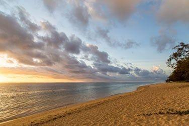 Le long de la superbe plage de l'Hermitage les Bains