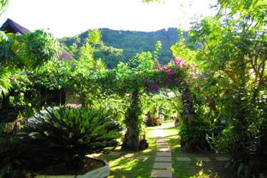 Yves et Hélène vous accueilleront dans leur superbe jardin ..