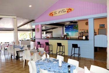 Le restaurant Sunset, en bordure de lagon