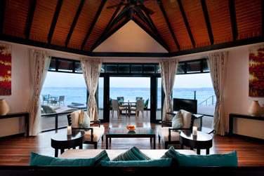 La partie salon ouverte sur la terrasse d'une 'Aqua Retreat'