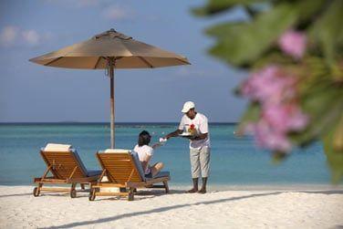 On vous amène votre cocktail directement à votre transat sur la plage...