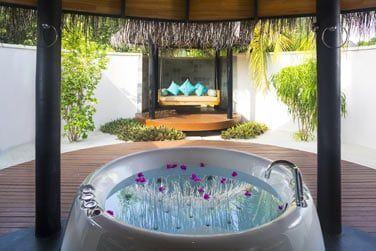 La salle de bain d'une Beach Villa, ouverte sur l'extérieur...