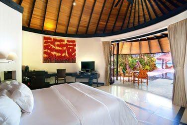 La chambre de la Deluxe Beach Villa avec piscine