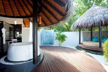 La salle de bain extérieure de la Deluxe Beach Villa avec piscine