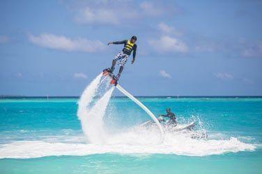 Testez une nouvelle expérience nautique : le flyboard ! Sensations fortes garanties...