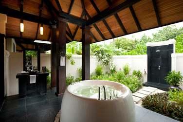 La salle de bain ouverte sur l'extérieur, d'une 'Hidden Retreat'